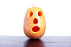Halloween-Kürbis auf dem Tisch lokalisiert auf weißem Hintergrund Lizenzfreies Stockbild