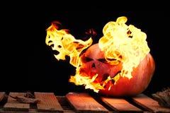 Halloween-Kürbis auf den Brettern mit einem schwarzen Hintergrund mit einem p Stockfoto