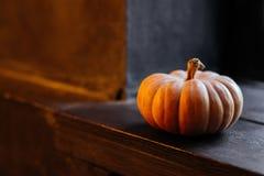 Halloween-Kürbis auf hölzernem Hintergrund stockbilder