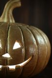 Halloween-Kürbis auf hölzernem Schmutz Rustick-Hintergrund Stockfotos