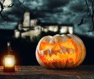 Halloween-Kürbis auf Holz mit dunklem Hintergrund Lizenzfreie Stockfotografie