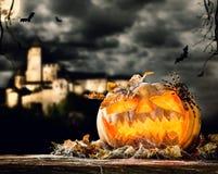 Halloween-Kürbis auf Holz mit dunklem Hintergrund Lizenzfreie Stockfotos