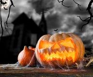 Halloween-Kürbis auf Holz mit dunklem Hintergrund Stockfotos