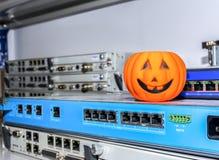 Halloween-Kürbis auf Netzwerkausrüstung, Rechenzentrum lizenzfreies stockbild