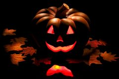 Halloween-Kürbis auf Schwarzem. Stockfoto