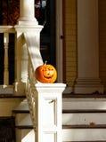 Halloween-Kürbis auf weißer Leitschiene stockfotografie