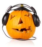 Halloween-Kürbis in den Kopfhörern Lizenzfreie Stockbilder