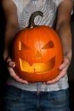 Halloween-Kürbis in der Hand Lizenzfreies Stockfoto