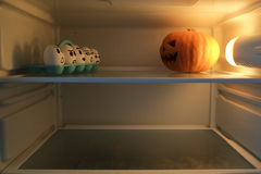Halloween-Kürbis gegen verärgerte Eier Lizenzfreie Stockbilder
