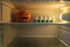 Halloween-Kürbis gegen verärgerte Eier Lizenzfreie Stockfotografie