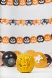 Halloween-Kürbis mit Dekoration Stockfotografie