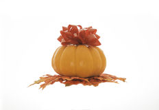 Halloween-Kürbis mit einem giftbow im weißen Hintergrund Stockfoto