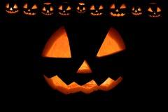 Halloween-Kürbis mit Feuer lächelt Rahmen Fred Jack auf Schwarzem lizenzfreie stockbilder