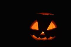 Halloween-Kürbis mit Feuerlicht Fred Jack auf schwarzem Hintergrund Stockfotografie