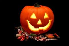 Halloween-Kürbis mit Süßigkeit Lizenzfreies Stockfoto