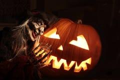 Halloween-Kürbis mit Zauberin Stockfotografie