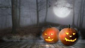 Halloween-Kürbis in Nebelwald-Jack-Laterne mit Kerzenlicht nach innen im mystischen Wald Stockfotos