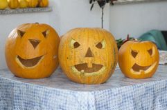 Halloween-Kürbis-Schnitzen stockbild