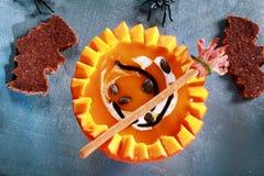 Halloween-Kürbis-Suppe gedient zur Hälfte Kürbis- Lizenzfreie Stockfotos