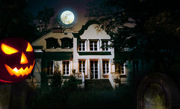 Halloween-Kürbis und frequentierte Villa Lizenzfreies Stockbild