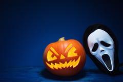 Halloween-Kürbis und -maske lizenzfreie stockfotografie