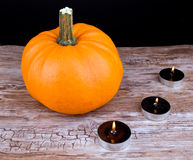 Halloween-Kürbis und schwarze Kerzen Lizenzfreies Stockfoto