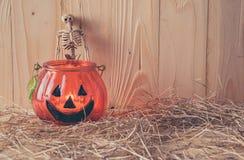 Halloween-Kürbis und -verzierung auf hölzerner Tabelle stockbilder