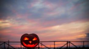Halloween-Kürbise auf bakground Sonnenuntergang Lizenzfreie Stockfotos