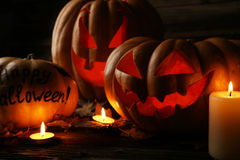Halloween-Kürbise auf braunem hölzernem Hintergrund Lizenzfreie Stockfotografie