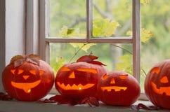 Halloween-Kürbise auf Fenster Lizenzfreie Stockfotografie