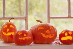 Halloween-Kürbise auf Fenster Stockfoto