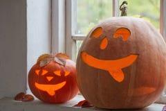 Halloween-Kürbise auf Fenster Lizenzfreie Stockfotos
