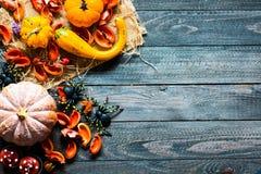 Halloween-Kürbise, auf hölzernem Hintergrund Lizenzfreie Stockbilder