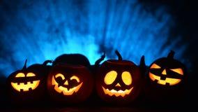 Halloween-Kürbise auf rauchigem Hintergrund stock video