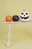 Halloween-Kürbise auf rustikaler hölzerner Bank Lizenzfreies Stockfoto