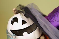 Halloween-Kürbise auf rustikaler hölzerner Bank in der Draht-Schüssel Stockbilder
