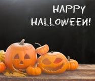 Halloween-Kürbise auf Tabelle Stockbilder