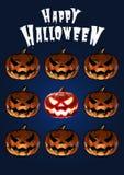 Halloween-Kürbise in der furchtsamen Ausdruckfliese auf dunkelblauem backgro Stockbild