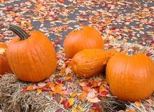 Halloween-Kürbise, die auf einem Heuschober sitzen Lizenzfreie Stockfotografie