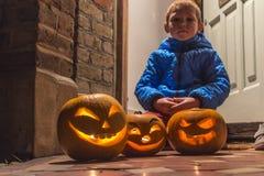 Halloween-Kürbise, die im Garten schnitzen Stockfotografie
