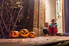 Halloween-Kürbise, die im Garten schnitzen Lizenzfreie Stockbilder