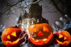 Halloween-Kürbise am dunklen Schloss stockbild