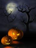 Halloween-Kürbise in einem gespenstischen Wald nachts Stockfotografie
