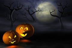 Halloween-Kürbise in einem gespenstischen Wald nachts Stockbild