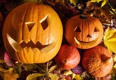 Halloween-Kürbise, geschnitzte Steckfassung-Olaterne im Fall verlässt Stockfotos