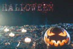 Halloween-Kürbise am hölzernen Hintergrund mit großem Text von HALLOWEEN Lizenzfreie Stockfotos