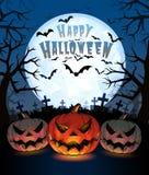 Halloween-Kürbise heben Laterne und Dunkelheitsfriedhof auf vollem m Stockfoto