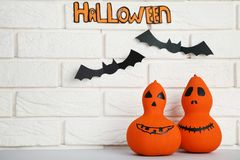 Halloween-Kürbise mit Papierschlägern lizenzfreies stockfoto