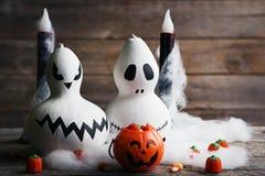 Halloween-Kürbise mit Süßigkeiten Stockfotografie