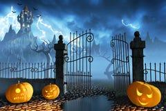 Halloween-Kürbise nahe bei einem Tor eines gespenstischen Schlosses Stockbilder